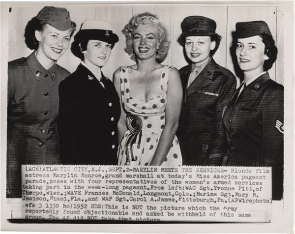 Legendary Movie Actress Marilyn Monroe Meets  Servicewomen Wire Photo (1952)